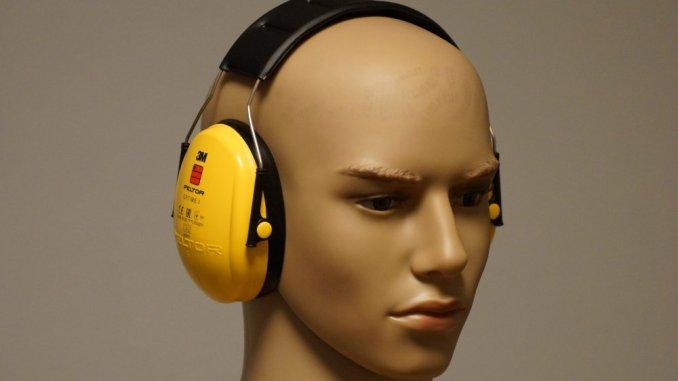 Gehörschutz Test - Gelbe Schützer aufgesetzt.